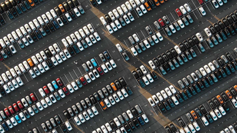 cars-in-automotive-dealer-lot