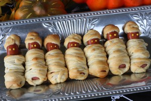 Mummies in a blanket Halloween Snack DIY